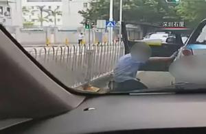 深圳一的哥红灯路口突然下车给乘客下跪,疑似乘客醉酒不肯下车