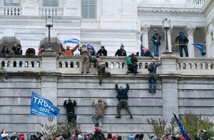 2000人暴力冲击美国国会,警察全部撤退,奥巴马痛批:美国耻辱