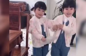 """双胞胎姐妹为玩手机,想出""""传圣旨""""的奇招,网友:真是放大招啊"""