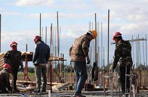 农民工有多难?工作累,城市落户成本高,到这个年纪就得回农村?