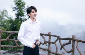 蔡徐坤白色衬衣家乡演出照图片(18/18)