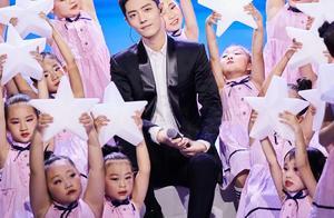 肖战央视重阳节晚会演唱《夜空中最亮的星》,声音干净明朗又帅了