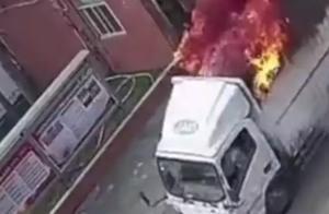货车在路途上突然起火,司机反应迅速,将车直接开入消防队
