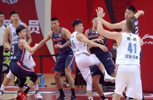 徐杰倒地、杜润旺遭膝撞离场,刘晓宇笑了,杜锋连收2条坏消息