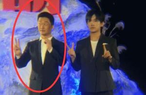 易烊千玺拍《长津湖》,合影时表情搞笑,拥抱后谁注意吴京衣服?