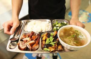 太恶心了!武汉一高校食堂员工用脚洗菜,香肠满地滚,校方这样回应