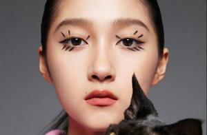 关晓彤带着猫拍大片,眼妆抢镜发际线浓密,网友:本秃头羡慕了