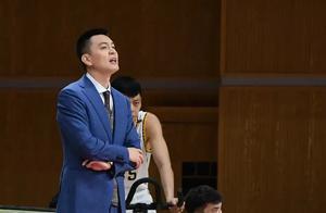 一向温和儒雅的杨鸣,为何在比赛中屡次对球员爆粗口?