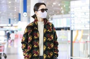 杜鹃不愧是超模,穿基础款的毛衣外套走机场,气质清冷又高级