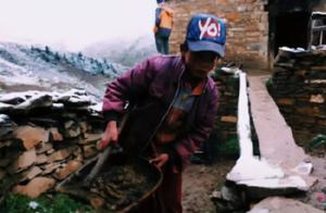 丁真被曝悲惨童年,从小干农活没钱上学,13岁在家照顾两百头牛