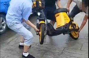 生意不好,迁怒共享车,广汉4的哥合伙将车扔下河 网友:违法了