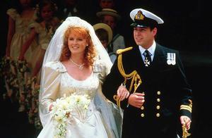 英国公主妈妈才59岁就这么老?穿黑色刺绣礼服裙,身材走样太明显
