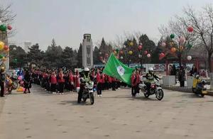 千名学生清明祭扫 营口交警全力护航