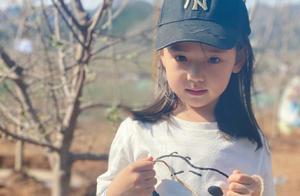 董璇带女儿种树,网友:我要去偷小酒窝了