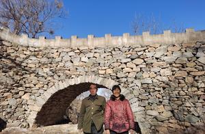 """河北""""愚公""""为妻子凿石造桥,5年拉2万多块石头,锤子磨损用小了一半"""