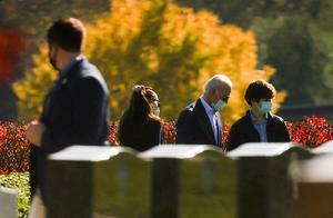 拜登胜选第一个周日扫墓忆已故长子 达成遗愿坟前探望