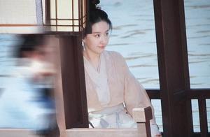 刘亦菲《梦华录》路透,和陈晓牵手亲吻太甜了,想不成爆款都难