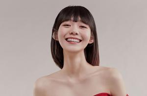 段奥娟最新大片,抹胸连衣裙太性感,泡泡短裙却穿出少女感
