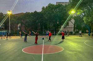 大妈校内跳广场舞被打球学生撞伤 怒贴公告:不要在此打球