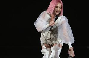 杨丞琳演唱会出意外,在高台踩空,从二楼跌至一楼!李荣浩却夸她