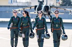 """空军21岁的女飞行员,驾驶高级教练机首次单飞,完成""""成人礼"""""""