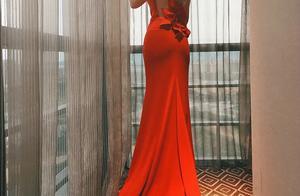 陶虹出席活动一袭红衣礼服惊艳亮相,背后的花瓣更是点睛之作