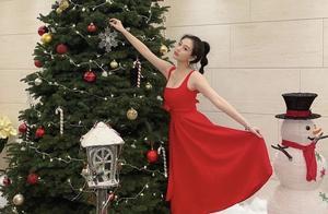 香港最美星二代沈月性感过圣诞 大红洋装与圣诞树合影