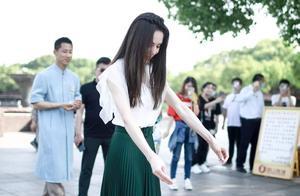 李若彤坚持健身20年,身材紧致马甲线清晰,50岁的年纪依然少女