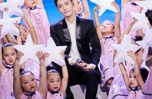 肖战登央视舞台演唱《夜空中最亮的星》,和小朋友互动暴露小毛病