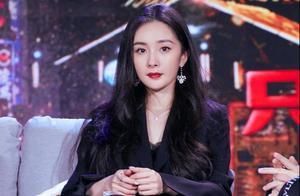 """杨幂出席电影发布会,穿西装裙亮相率性又高级,""""漫画腿""""抢镜"""