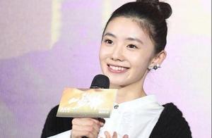 关晓彤影中角色原属刘浩存,张艺谋称她是周冬雨接班人,却引热议