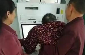 老人被抱起做人脸识别,行至半途的科技必然带来尴尬吗?
