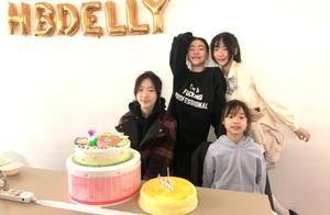 小S大女儿15岁生日,母女三人扮丑搞怪合影,妈妈自夸超年轻