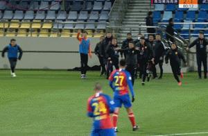 活久见!中超主帅不满判罚,冲进场内终止比赛,示意球员立即退赛
