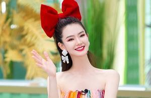 春夏色彩间的大碰撞!戚薇抹胸裙像一条彩虹河,红色蝴蝶结太抢镜