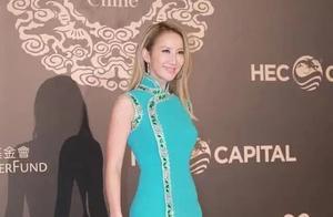 45岁李玟身材好丰满,穿传统旗袍蜂腰翘臀似芭比,同框继女像姐妹