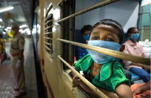 印度农民工花光积蓄返乡,吃不上饭,饿着肚子只能喝厕所水