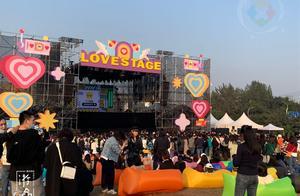 重庆草莓音乐节与众不同:背靠单轨,现场吃火锅,帅哥美女多