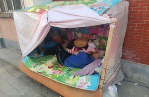 大连一八旬老人露宿小区数日,他是有家难回?还是无家可归?
