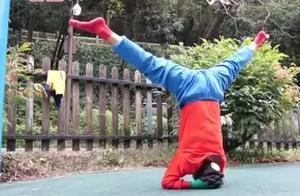 体内有6根钢钉老人自创龟蛇爬行锻炼身体,180度劈叉毫不费力