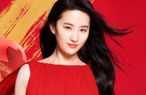 性感女神刘亦菲和自己的广告牌合影,一如既往的美丽动人