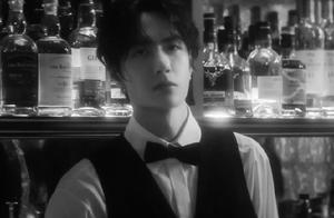 王一博微电影变调酒师,被周迅撩拨后害羞,低头却露出胜利者微笑