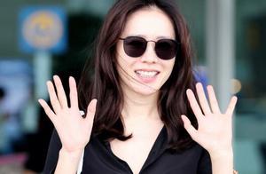 街拍镜头下的孙艺珍也惊艳,黑衬衫穿得简约,却藏不住女神魅力