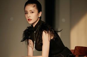 白鹿性感起来还挺有魅力,黑色羽毛短裙配黑皮靴,气质高冷却优雅