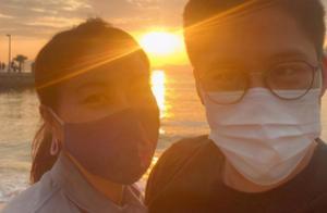 郭晶晶霍启刚庆结婚8周年,海边烛光晚餐好浪漫,甜蜜似新婚