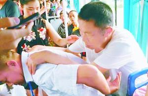 公交司机坚持6年背尿毒症乘客上下车,十多年前一次经历令其感慨