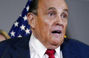 """劣质染发剂?特朗普律师反驳选举结果,脸上突然流下""""黑色液体"""""""