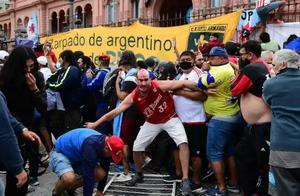 阿根廷球迷难舍马拉多纳!失去理智,与警察发生冲突现场有人流血