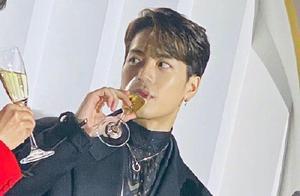 """周震南喝香槟,王嘉尔喝香槟,一个变""""鸡爪手"""",一个变表情包"""