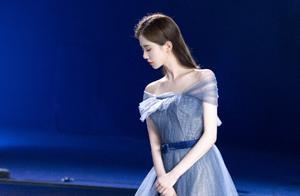 刘诗诗一袭蓝色星光纱裙,优雅梦幻,气质明媚动人,是仙女吧。